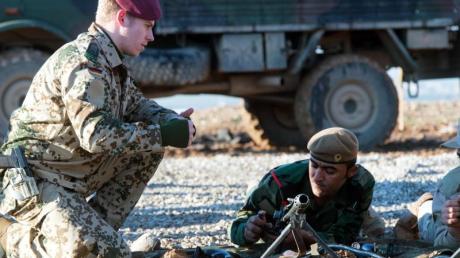 Bundeswehrsoldaten trainieren Peschmerga-Kämpfer in Erbil im Umgang mit deutschen Waffen. Die Ausbildung der Streitkräfte soll nun auf das ganze Land ausgeweitet werden. Foto: Maurizio Gambarini/Archiv