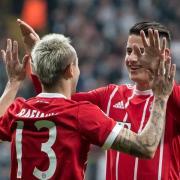 Rafinha (l) und James Rodriguez freuen sich über ein Tor gegen Besiktas. Der FC Bayern München hat auch in Istanbul mit 3:1 die Oberhand behalten und steht im Viertelfinale der Champions League. Foto:Sven Hoppe