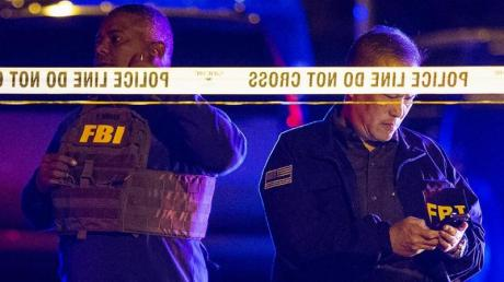 FBI-Agenten am Ort einer Explosion in Austin. Nach einer Serie von Paketbomben-Anschlägen in der ersten März-Hälfte sind in der texanischen Stadt erneut zwei Menschen bei Explosionen verletzt worden. Foto: Nick Wagner/AP