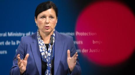 EU-Justizkommissarin Vera Jourová: «Ich verlange von Facebook weitere Klarstellungen, etwa inwieweit europäische Nutzer betroffen sind.» Foto: Bernd von Jutrczenka/Archiv