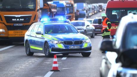 Durch die Rettungsgasse dürfen nur Einsatzkräfte fahren - etwa Polizei, Feuerwehr oder Rettungswägen.