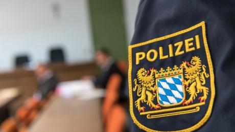 Nach der Messerattacke auf einen Polizisten im Münchner Hauptbahnhof am Montagmorgen hat die Polizei einen 23-Jährigen festgenommen. Der Beamte ist schwer verletzt.