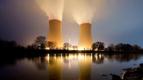 Kann die Atomenergie, im Bild das Kernkraftwerk Grohnde, dabei helfen, CO2-Emissionen zu senken? Experten sind geteilter Meinung.
