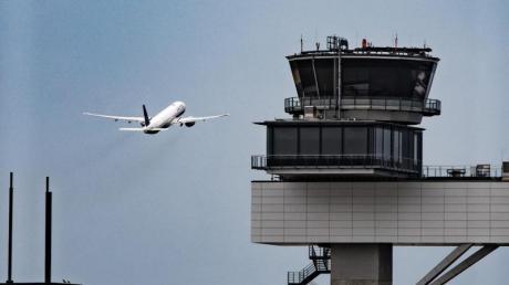 Ein Flugzeug startet vom Frankfurter Flughafen. Am Osterwochenende sind drei Flüge wegen einer Bombendrohung ausgefallen.