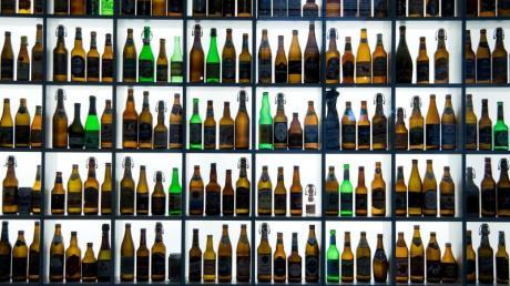 Bierflaschen sind im Hopfenmuseum im bayerischen Wolnzach zu sehen. Der Verband der Deutschen Hopfenpflanzer informierte während der jährlichen Hopfenrundfahrt durch die Hallertau über die diesjährige Ernte.