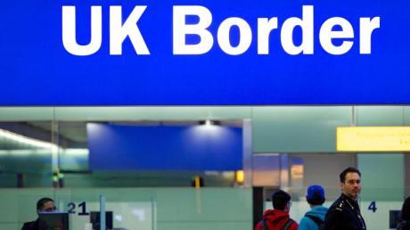 Noch ist das Reisen einfach:Grenzbeamte am Londoner Flughafen Heathrow unter einem Grenzschild.