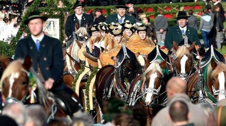 Die Leonhardifahrt zu Ehren des Heiligen Leonhard als Schutzpatron der Nutztiere findet jedes Jahr am 6. November statt in Bayern.