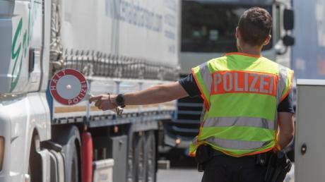 Auch an den Grenzen des Allgäus kämpfen Polizisten tagtäglich gegen Schleuserkriminalität, Drogen- und Waffenhandel.