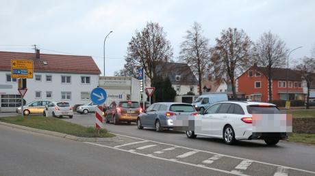 Eine kritische Stelle an der Mühlhausener Ortsdurchfahrt ist die Einmündung der  Staatsstraße aus Richtung Rehling. Hier kommt es in der Hauptverkehrszeit häufig  zu langen Rückstaus.
