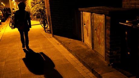"""Viele Frauen fühlen sich unwohl, wenn sie im Dunklen allein unterwegs sind. Wo, das können sie nun auf der """"Safer Cities Map"""" eintragen."""