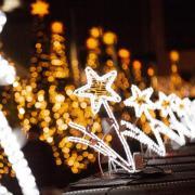 Leuchtsterne verzieren einen Sicherheitswall am Weihnachtsmarkt auf dem Breitscheidplatz. Foto: Christoph Soeder