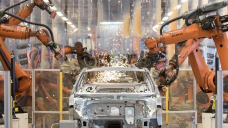 Im Werk Emden werden Teile eines VW-Passat zusammengefügt. Im Einsatz: Kuka-Roboter aus Augsburg.