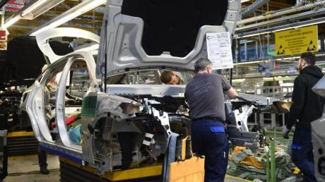 Arbeiter im Mercedes-Benz Werk Bremen: Die deutsche Wirtschaft stellt sich auf unruhigere Zeiten ein. Foto: Carmen Jaspersen