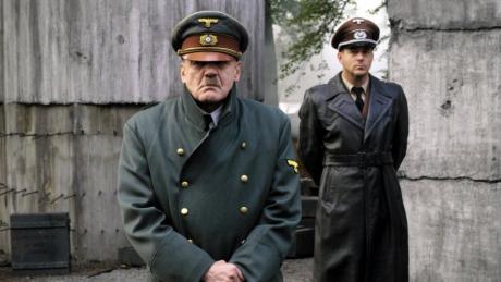 """Bruno Ganz als Adolf Hitler vorne und Heino Ferch als Hitlers Reichsarchitekt Albert Speer in einer Szene des Films """"Der Untergang""""."""