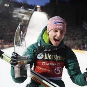 Der deutsche Skispringer Karl Geiger hat überraschend den Weltcup in Willingen gewonnen und damit den zweiten Einzelsieg in seiner Karriere gefeiert. Foto: Arne Dedert