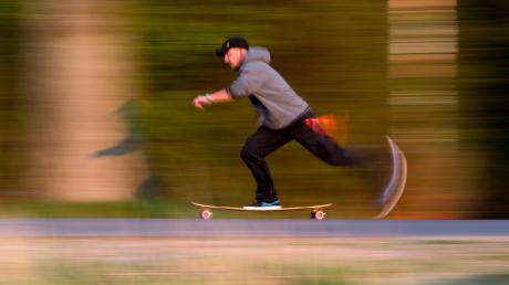 Ein Mann baut sich ein motorisiertes Skateboard und wird von der Polizei in Vöhringen erwischt.