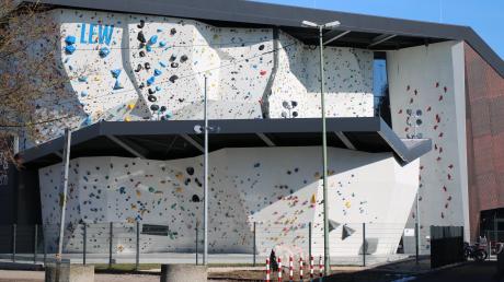 Im Kletterzentrum an der Sportanlage Süd in Augsburg ist ein 21-Jähriger beim Klettern gestürzt.