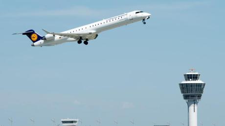 Ein Flugzeug der Lufthansa startet vom Flughafen in München. Foto: Armin Weigel