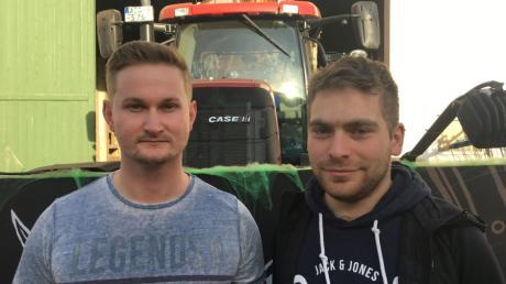 Daniel Gadletz links hat das Sicherheitssystem für den Faschingswagen der Tödtenrieder Tschik konstruiert und montiert. Thomas Stocker, einer der Verantwortlichen des Jugendtreffs, findet das cool.
