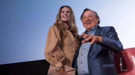 Der österreichische Geschäftsmann Richard Lugner (rechts) und sein Gast Elle Macpherson, Model und Schauspielerin aus Australien.