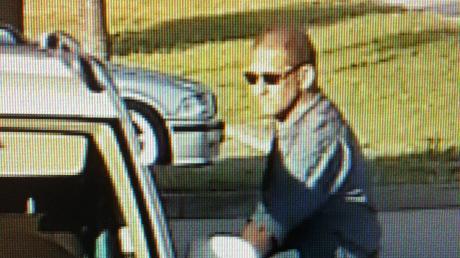 Mit diesem Foto sucht die Polizei einen Tankstellenbetrüger, der auch zwei Mal in Mering zuschlug.