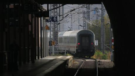 Ein Intercity verlässt den Bahnhof. Foto: Soeren Stache