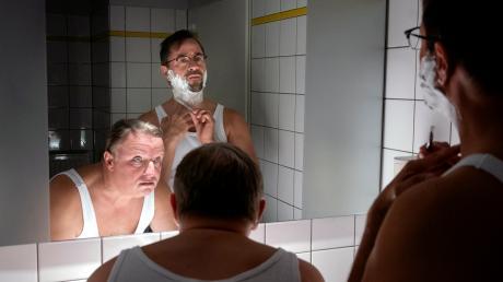 """Frank Thiel (Axel Prahl) und Prof. Karl-Friedrich Börne (Jan Josef Liefers) in einer Szene des neuen Münster-Tatorts """"Spieglein, Spieglein""""."""