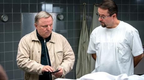 """Frank Thiel (Axel Prahl) und Prof. Karl-Friedrich Boerne (Jan Josef Liefers) in einer Szene des neuen Münster-Tatorts """"Spieglein, Spieglein""""."""