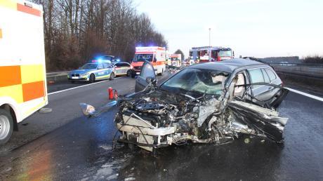 Ein 82-jähriger Geisterfahrer ist am Sonntagmorgen auf der A9 bei Denkendorf tödlich verunglückt. Zwei weitere Menschen wurden verletzt, einer von ihnen schwer.