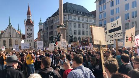 Zehntausende Menschen nahmen an der Demonstration gegen die geplante EU-Urheberrechtsreform und mögliche Upload-Filter auf dem Marienplatz teil.
