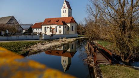 Der Fußweg führt in Richtung St. Michael in Remmeltshofen.