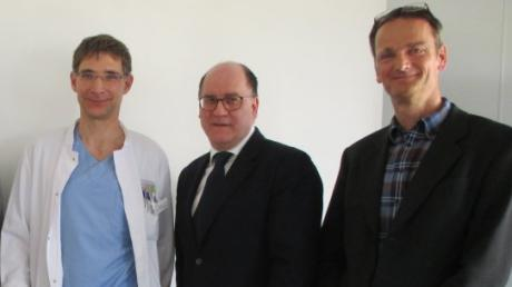 Dr. Christian Stoll Zweiter von rechts ist neuer Ärztlicher Direktor im Aichacher Krankenhaus. Er ist Nachfolger von Dr. Giesbert Leissner rechts. Neuer stellvertretender Ärztlicher Direktor wird Dr. Heiko Methe Mitte. Außerdem auf dem Bild: von links Dr. Krzysztof Kazmierczak, Geschäftsführer der Kliniken an der Paar, und Landrat Klaus Metzger.