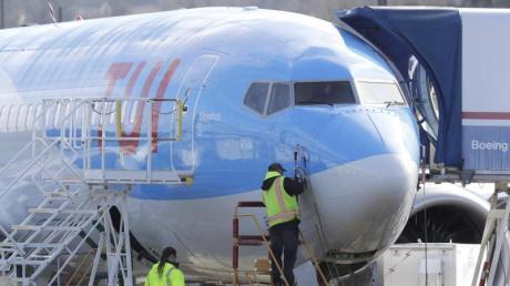 Boeing-Mitarbeiter bei einem Flugzeug vom Typ Boeing 737 Max 8, das für die Reisegesellschaft TUI gebaut wird. Foto: Ted S. Warren/AP/dpa