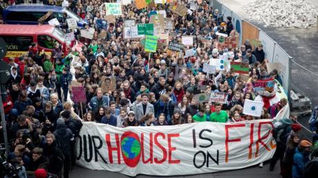 Nach dem Vorbild der Schwedin Greta Thunberg gehen Schüler und junge Studierende seit Monaten freitags - während der Schulzeit - für mehr Klimaschutz auf die Straße.