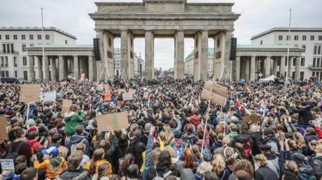 Großer Auflauf am Brandenburger Tor: Tausende Schüler demonstrierten in Berlin für mehr Klimaschutz. Foto: Michael Kappeler