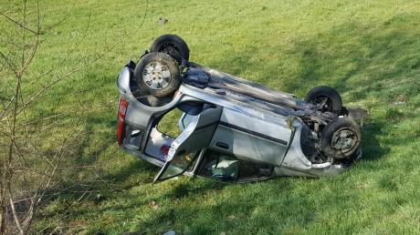 Bei Gremheim hat sich das Auto einer 20-Jährigen überschlagen.