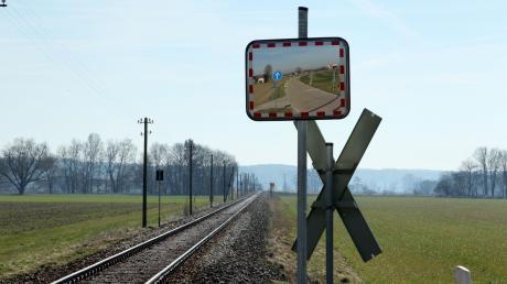 Am Bahnübergang Heinzenhof sollen Spiegel für mehr Sicherheit sorgen.