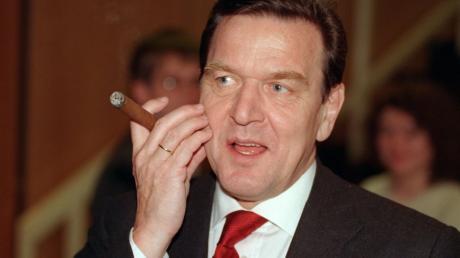 ARCHIV - 08.12.1998, Saarland, Saarbrücken: Der damalige Bundeskanzler Gerhard Schröder SPD raucht auf dem Europa-Parteitag der SPD eine Zigarre.     zu dpa Altkanzler mit ungebrochenem Sendungsbewusstsein - Gerhard Schröder wird 75 Foto: Werner Baum/dpa +++ dpa-Bildfunk +++