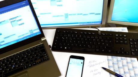 Laptop, Computer und Smartphone - die Digitalisierung schreitet auch in den Schulen voran. Hirnforscher Manfred Spitzer sieht das digitale Lernen kritisch.