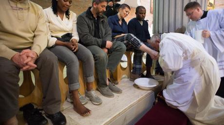 Ein Brauch an Gründonnerstag in der Kirche ist die Fußwaschung. Um die Welt gingen Bilder, wie Papst Franziskus Strafgefangenen in Rom die Füße wusch.