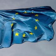 Die Europafahne vor dunklem Hinmel. Nach Geheimdiensterkenntnissen versucht Moskau den Ausgang der Europawahl zu beeinflussen. Foto: Marijan Murat