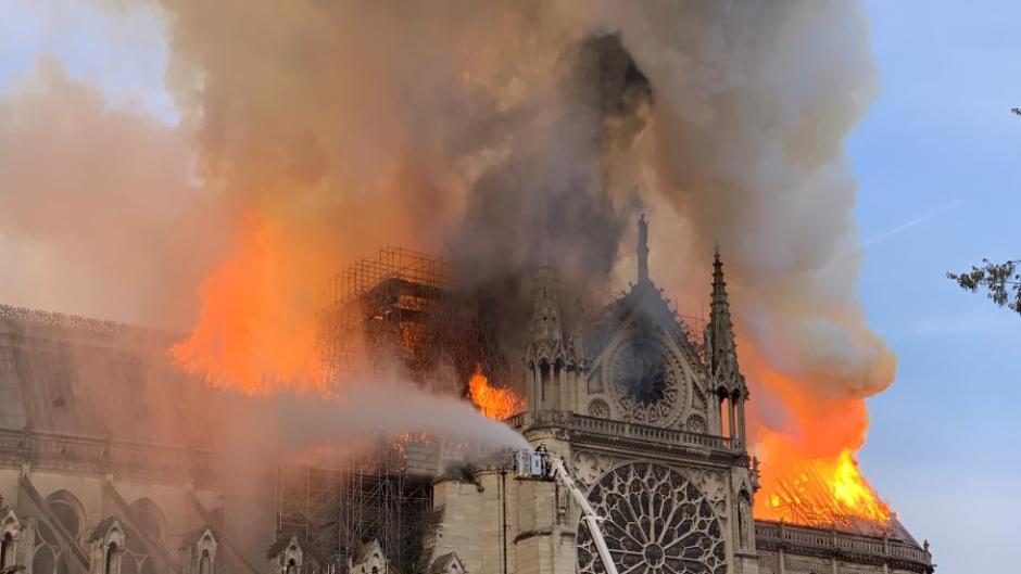 Kirche in paris brennt