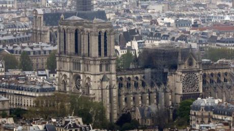 Der Blick vom Bürogebäude Montparnasse auf die ausgebrannte Kathedrale Notre-Dame.