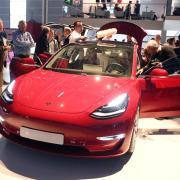 Doch nicht so umweltfreundlich? Der Studie zufolge belastet eine Batterie für einen Tesla Model 3 das Klima mit 11 bis 15 Tonnen CO2. Foto: Uli Deck