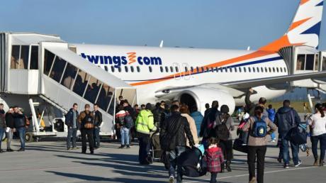 Freiwillige Ausreise: Abgelehnte Asylbewerber aus Albanien und dem Kosovo gehen auf dem Kassel-Airport in Calden zum Flieger.
