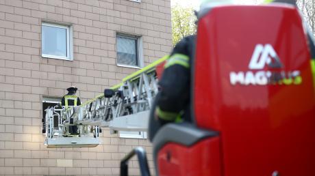 In einem Mehrfamilienhaus in Ludwigsfeld hat es am Mittwochnachmittag gebrannt. Die Feuerwehr befreite die Bewohner aus dem stark verrauchten Gebäude.
