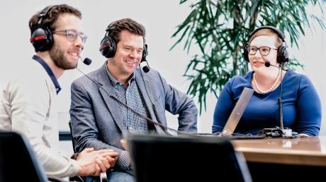 Chefredakteur Gregor Peter Schmitz (Mitte) mit den Digital-Redakteuren Ida König und Axel Hechelmann.