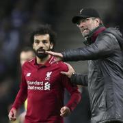 Liverpools Trainer Jürgen Klopp (r) gibt Torjäger Mohamed Salah Anweisungen. Foto: Luis Vieira/AP/dpa