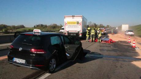 Auf der A8 bei Günzburg hat es am Samstagmorgen einen Unfall gegeben. Dabei war ein Fahrschulauto in einen Lkw geprallt, 200 Liter Diesel liefen aus.