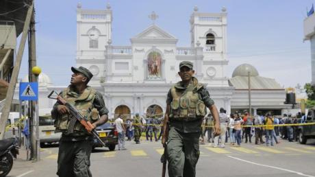Soldaten der sri-lankischen Armee sichern das Gebiet um den St. Anthony's Shrine nach einer Explosion in Colombo. Foto: Eranga Jayawardena/Ap